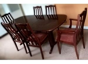 Excellent extendable table with chairs in Mahogany